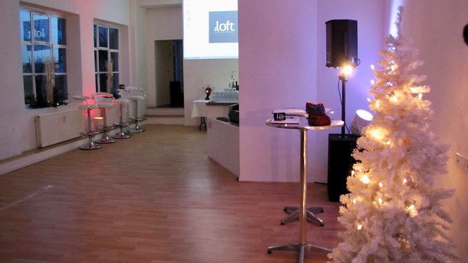 Das Loft ist die gehobene Eventlocation für Ihre Hochzeitsfeier Berlin mit Wasserblick. Direkt hinter der Zitadelle in der historischen alten Pulverfabrik gelegen.